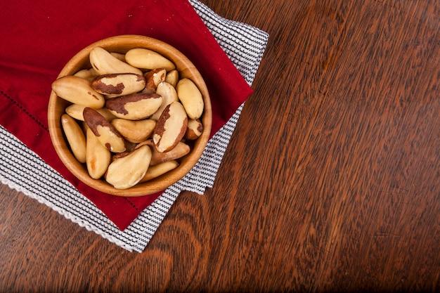 Braziliaanse noten op een houten tafel.