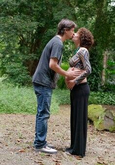 Braziliaanse paar verwacht baby en kussen elkaar