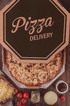 Braziliaanse pizza met barbecuesaus, gegrilde kip, ui en oregano in bezorgdoos (pizza bbq kip) - bovenaanzicht.