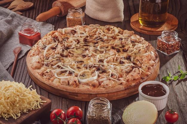 Braziliaanse pizza met barbecuesaus, gegrilde kip, ui en oregano (pizza bbq kip)