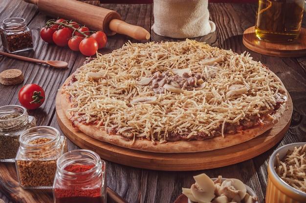 Braziliaanse pizza met mozzarella, beef stroganoff en aardappelsticks (pizza de strogonoff de carne)