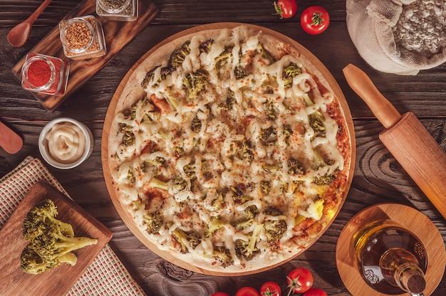 Braziliaanse pizza met mozzarella, broccoli, catupiry en parmezaan (pizza de brocolis) - bovenaanzicht.