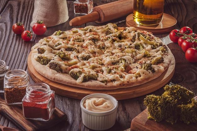 Braziliaanse pizza met mozzarella, broccoli, catupiry en parmezaan (pizza de brocolis)