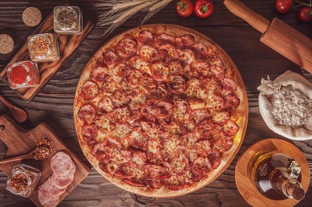 Braziliaanse pizza met mozzarella, calabrese worst en oregano (pizza de calabresa) - bovenaanzicht.