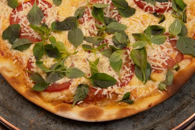 Braziliaanse pizza met pepperoni, kaas & rucola, bovenaanzicht