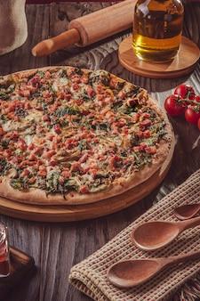 Braziliaanse pizza met tomatensaus, mozzarella, andijvie, spek en oregano (pizza de escarola com bacon)