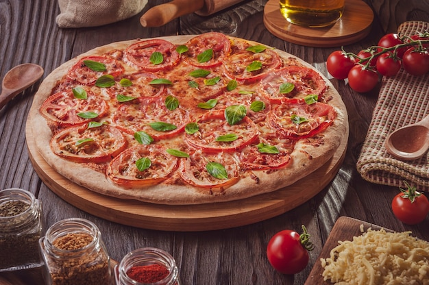 Braziliaanse pizza met tomatensaus, mozzarella, tomaat, parmezaan en basilicum (pizza marguerita)