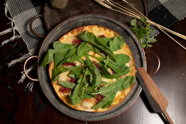 Braziliaanse pizza met zongedroogde tomaten, rucola en mozzarella. traditionele braziliaanse pizza