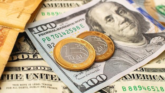 Braziliaanse real en amerikaanse dollar op foto voor valutamarktconcept