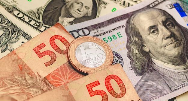 Braziliaanse real en amerikaanse dollarbankbiljetten voor valutamarktconceptnd