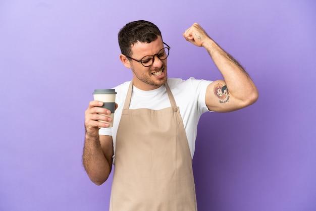 Braziliaanse restaurantkelner over geïsoleerde paarse achtergrond die een overwinning viert