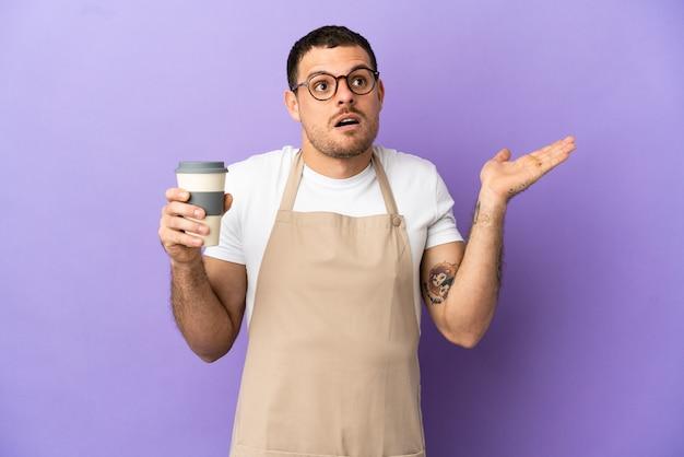 Braziliaanse restaurantkelner over geïsoleerde paarse achtergrond die twijfelt terwijl hij zijn handen opsteekt?