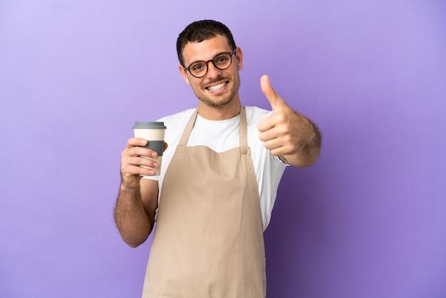 Braziliaanse restaurantkelner over geïsoleerde paarse achtergrond met duimen omhoog omdat er iets goeds is gebeurd
