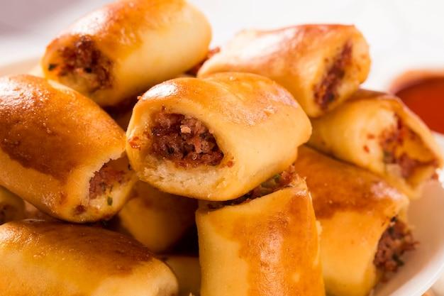 Braziliaanse snack. pepperoni-snacksgedeelte op tafel.