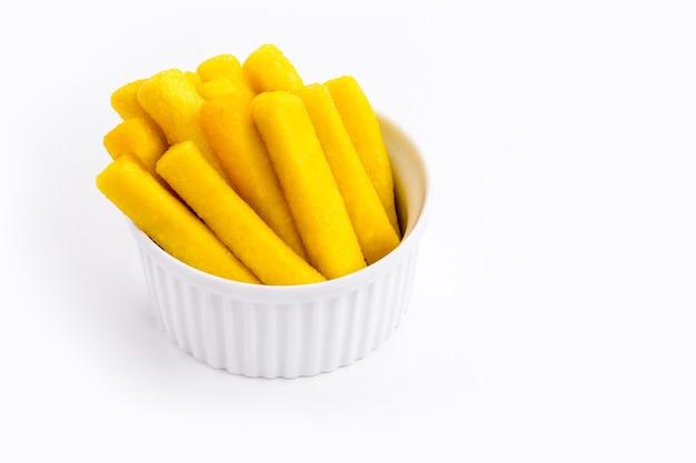 Braziliaanse snack, polenta genaamd, gemaakt met maïs en braziliaans maïsmeel, geïsoleerd wit oppervlak.