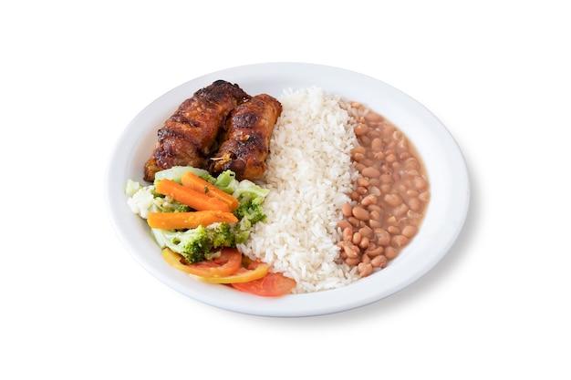 Braziliaanse uitvoerende schotel met geroosterde kip, rijst, bonen, wortelen, tomaten en broccoli. witte achtergrond.