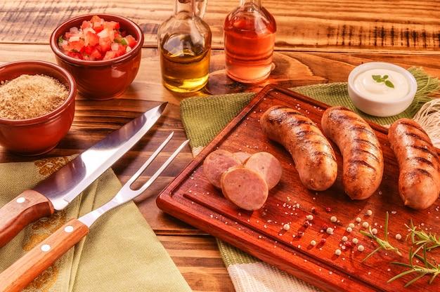 Braziliaanse varkensworst met bbq-vork en mes