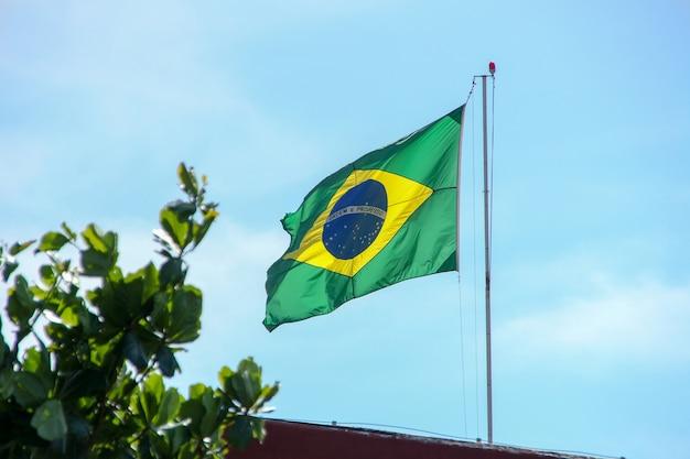 Braziliaanse vlag die in de open lucht in rio de janeiro brazilië vliegt.