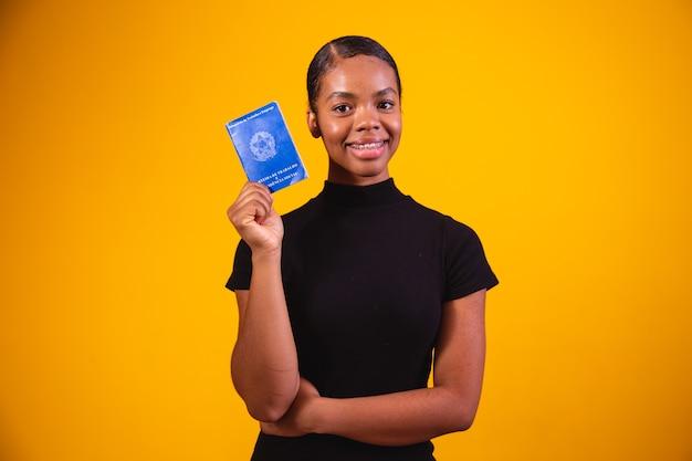 Braziliaanse vrouw met documentenwerk en sociale zekerheid, (carteira de trabalho e previdencia social)