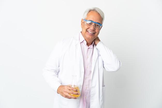 Braziliaanse wetenschappelijke man van middelbare leeftijd wetenschappelijk geïsoleerd lachen