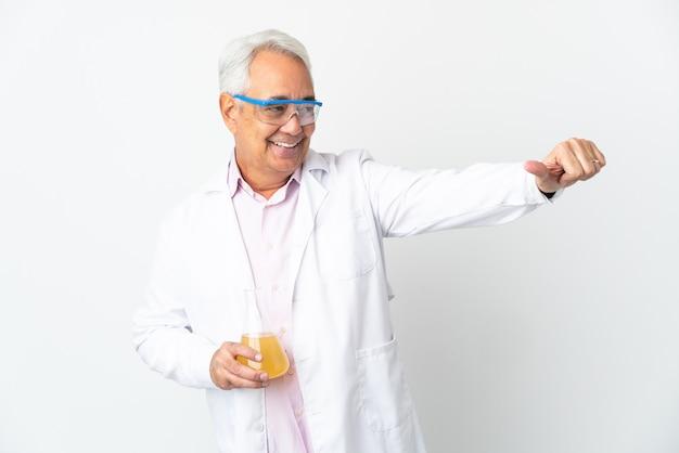 Braziliaanse wetenschappelijke man van middelbare leeftijd wetenschappelijk geïsoleerd op een witte achtergrond die een duim omhoog gebaar geeft