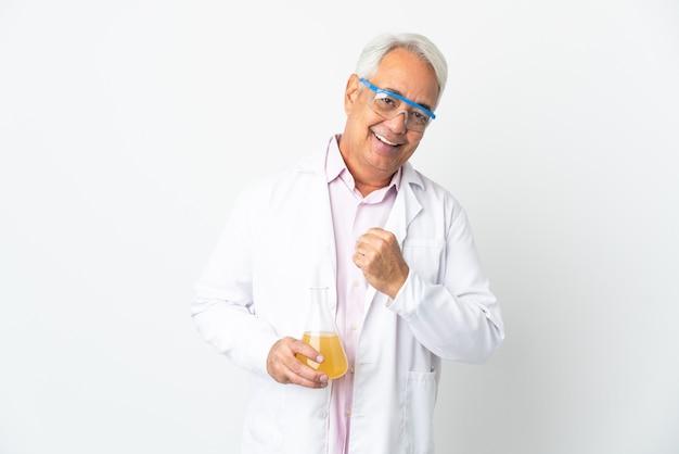 Braziliaanse wetenschappelijke man van middelbare leeftijd wetenschappelijk geïsoleerd op een witte achtergrond die een overwinning viert