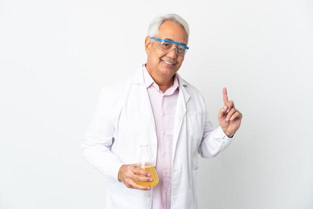 Braziliaanse wetenschappelijke man van middelbare leeftijd wetenschappelijk geïsoleerd op een witte achtergrond die een vinger toont en optilt in teken van de beste