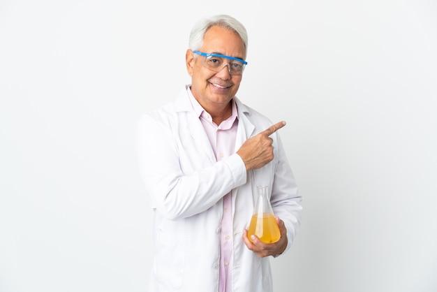 Braziliaanse wetenschappelijke man van middelbare leeftijd wetenschappelijk geïsoleerd op een witte achtergrond die naar de zijkant wijst om een product te presenteren