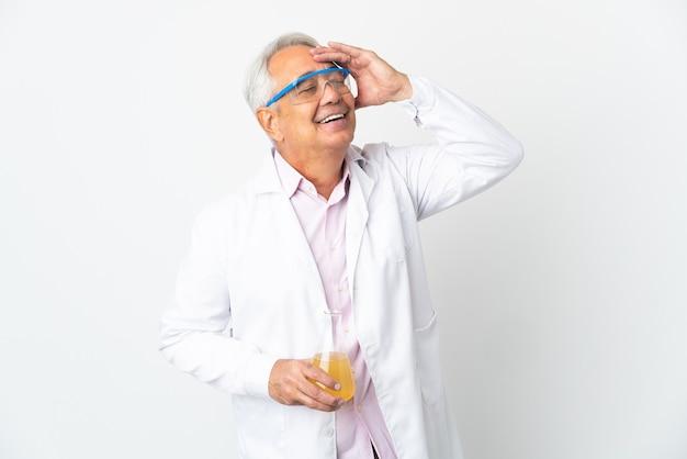 Braziliaanse wetenschappelijke man van middelbare leeftijd wetenschappelijk geïsoleerd op een witte achtergrond die veel lacht