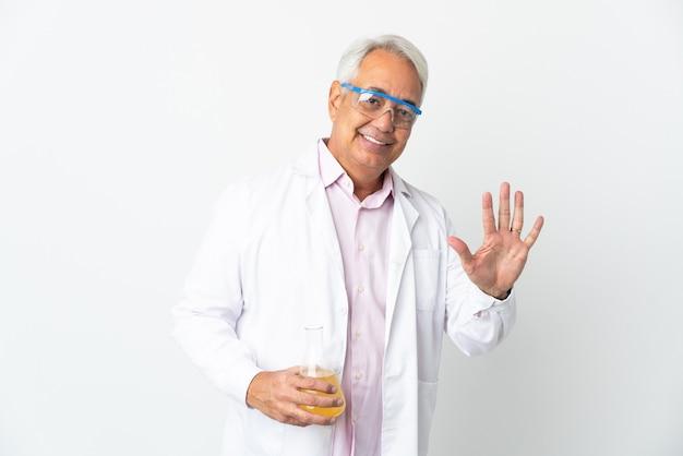 Braziliaanse wetenschappelijke man van middelbare leeftijd wetenschappelijk geïsoleerd op een witte achtergrond die vijf met vingers telt