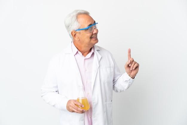 Braziliaanse wetenschappelijke man van middelbare leeftijd wetenschappelijk geïsoleerd op een witte achtergrond die wijst op een geweldig idee