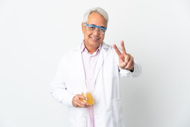 Braziliaanse wetenschappelijke man van middelbare leeftijd wetenschappelijk geïsoleerd op een witte achtergrond glimlachend en overwinningsteken tonen