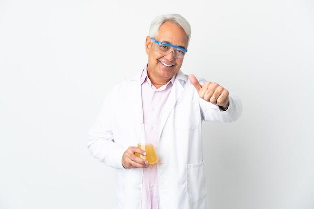 Braziliaanse wetenschappelijke man van middelbare leeftijd wetenschappelijk geïsoleerd op een witte achtergrond met duimen omhoog omdat er iets goeds is gebeurd