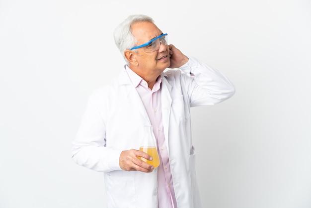 Braziliaanse wetenschappelijke man van middelbare leeftijd wetenschappelijk geïsoleerd op een witte achtergrond met twijfels