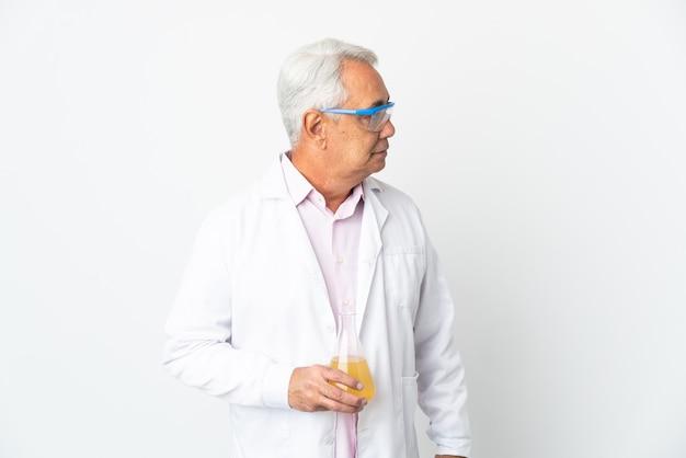 Braziliaanse wetenschappelijke man van middelbare leeftijd wetenschappelijk geïsoleerd op een witte achtergrond op zoek naar de zijkant