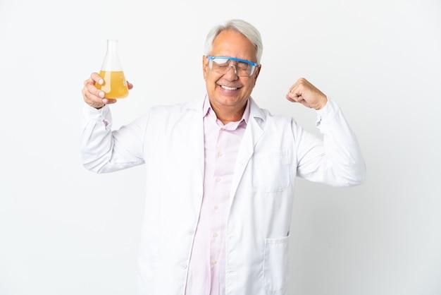 Braziliaanse wetenschappelijke man van middelbare leeftijd wetenschappelijk geïsoleerd op een witte muur doet sterk gebaar