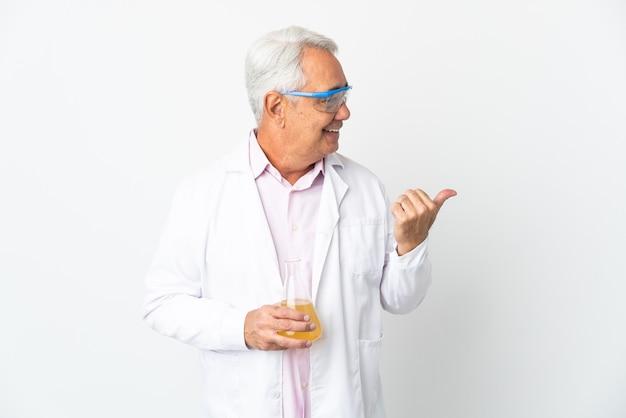 Braziliaanse wetenschappelijke man van middelbare leeftijd wetenschappelijke geïsoleerd op een witte achtergrond naar de zijkant te wijzen om een product te presenteren