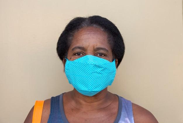 Braziliaanse zwarte vrouw draagt beschermend masker tegen covid-19 op straat