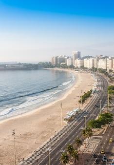 Brazilië, rio de janeiro. het beroemde strand van copacabana