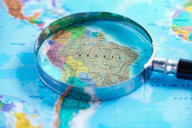 Brazilië: vergrootglas met kaart van wereldhandschoenen.