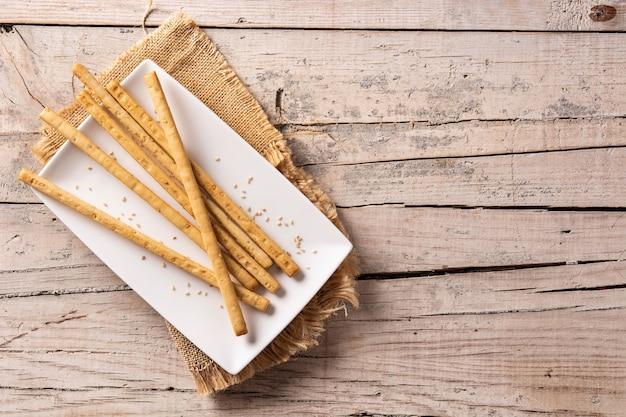 Breadstick grissini snack op rustieke houten tafel.
