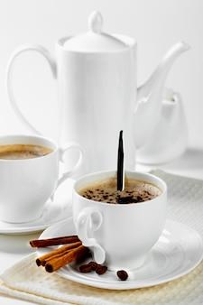 Breakfast.coffee in een kop op een witte achtergrond