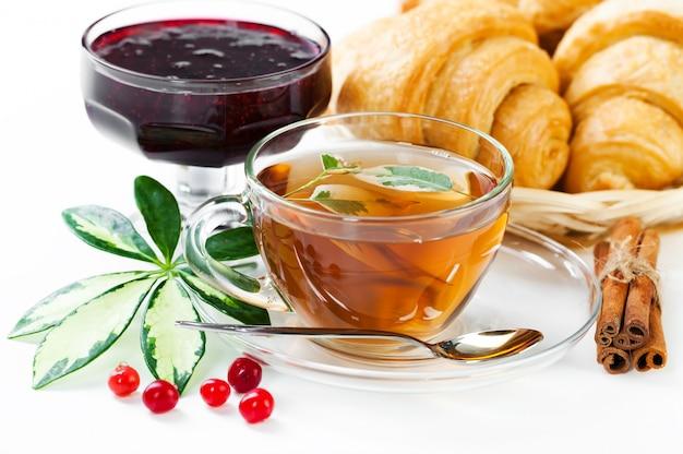 Breakfast.tea in een kop op een lichte achtergrond