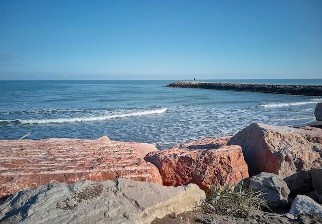 Brede kijkhoek van de zee, het strand en de klif met uitzicht op de zee zelf