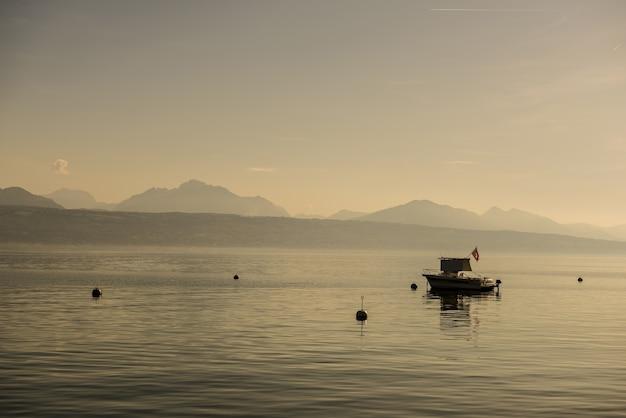 Brede kijkhoek van een boot op het water, omringd door bergen