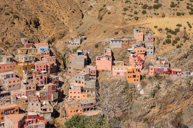 Brede kijkhoek van verschillende gebouwen op de berg