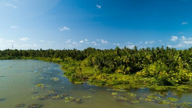 Brede luchtfoto van een meer op een van de eilanden in de maldiven