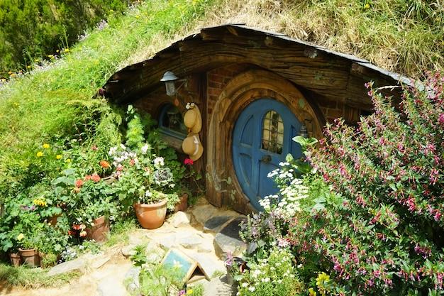 Brede opname van de hobbiton-film die zich afspeelt in matamata, nieuw-zeeland