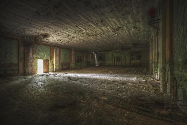 Brede opname van een grote kamer in een vintage huis