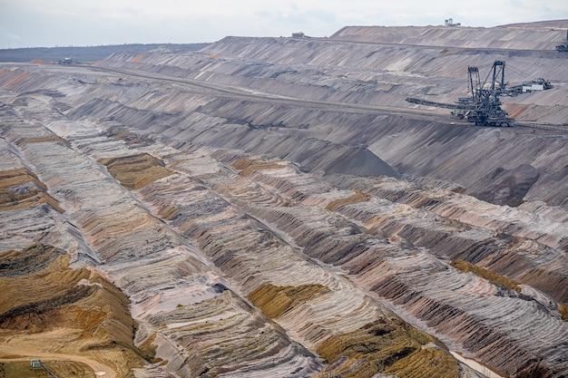 Brede opname van een mijnbouwveld met een industriële structuur